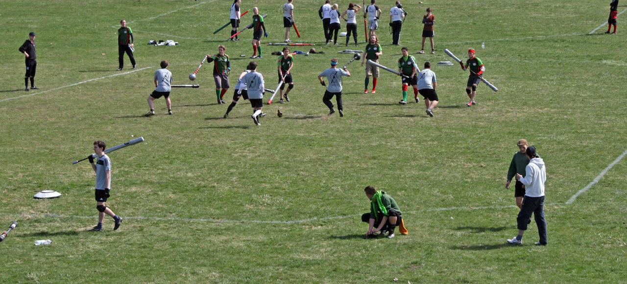 """""""Jugger-Spiel Vogelperspektive"""" von Ruben Wickenhäuser - http://www.flickr.com/photos/uhusnest/10268011774/. Lizenziert unter CC BY-SA 2.0 über Wikimedia Commons - http://commons.wikimedia.org/wiki/File:Jugger-Spiel_Vogelperspektive.jpg#/media/File:Jugger-Spiel_Vogelperspektive.jpg"""